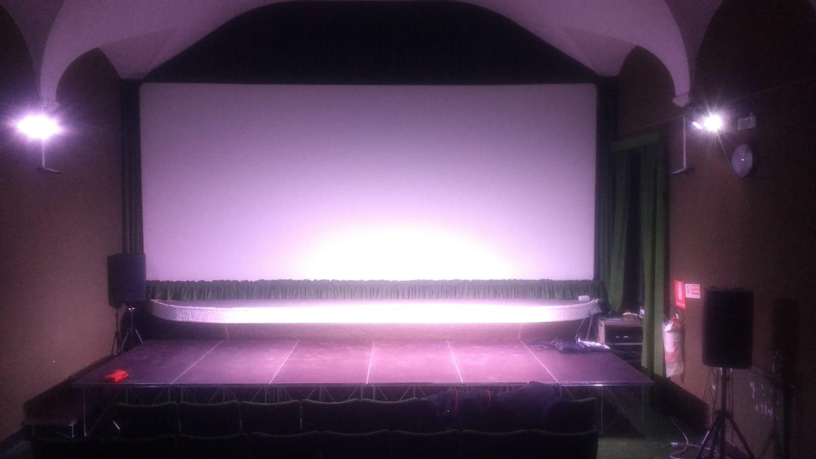 Il cinema è dotato di palco, luci e audio